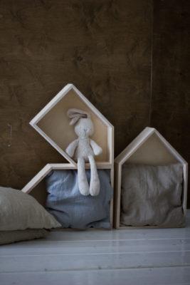 Заяц в домике в livingroom